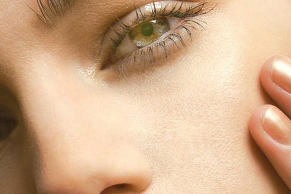 پوکه معدنی برای از بین بردن منافذ پوست